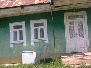 Земельный участок с маленьким жилым домом, требующим  ремонта.