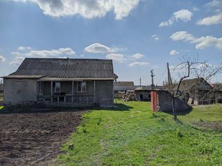 Vând casa de locuit