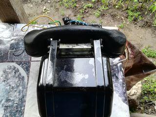 Карболитовый, старый телефон.