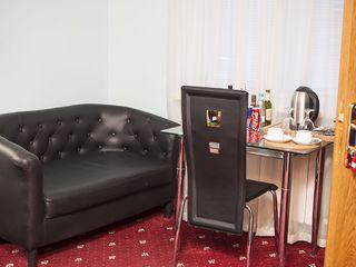 B. VIP camera in hotel pe ora, pe noapte