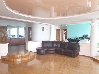 Centru// apartament  de lux cu spațiu de 221 m2// 4 odăi separate// debara cadou