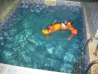 Тёплый +28 C*  прозрачный басейн. Смотри foto.