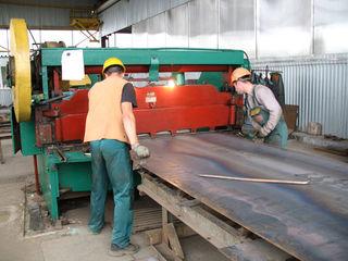 Резка метала на гильотине толщеной до 16 мм. Ванночки (накладки, скобы) для сварки используют