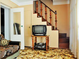 Vind Town-House tip sovetic,din cotilet si de mijloc, garaj, beci, canalizare.