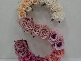Litere din flori artificiale