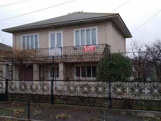 Casa de vinzare in orasul Drochia cu 2 nivele. 6 ari, garaj, beci