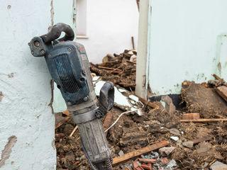 Демонтируем стены, штукатурку, перегородки