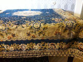 Скатерть бархатная с бахромой и скатерть на маленький столик.