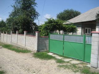 25 km de la Chisinau linga Merenii Noi, este staie de tren si rutiere