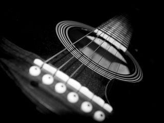 Обучаю игре на гитаре.