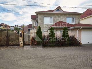 Casă cu bazin și teren de joacă în curte în zonă rezidențială liniștită, Codru