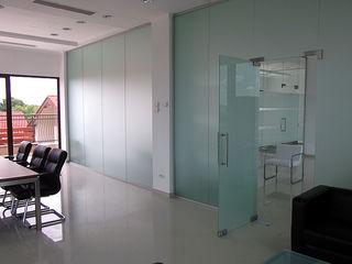 Двери и перегородки из закаленного стекла/Usi din sticla, pereti cu usi batante din sticla