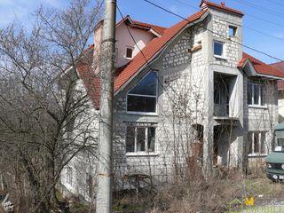 Продаю 3 эт.дом 440кв.м. на участке 6 соток земли