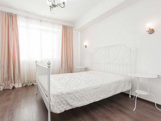 Квартира с большой просторной спальней, зоной отдыха, отдельным сан узлом и кухней.
