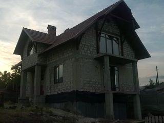 Casa construita in anul 2015. 2 nivele / etaje cu iaz in gradina in centru localitatii. 12 km de ...