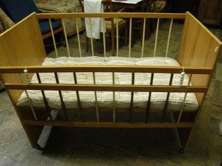 Срочно дешево детская кроватка на колесиках с матрасом 124x66x96,5 см - 500 леев.