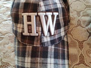 Подростковые кепки в отличном состоянии - 50 лей штука любая. Все три - отдам за 100 лей.