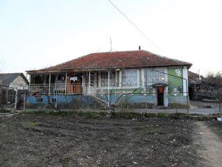Продаём 1-этажный дом старой постройки на 14 сотках земли в г. Яловень по ул. В.Купчя.