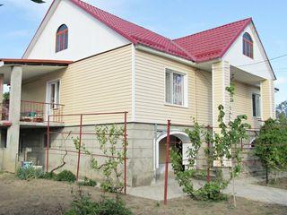 Casă în 2 nivele, încalzire autonomă, garaj, 2 bucătării, 2 blocul sanitare,2 terase , teren10 arii