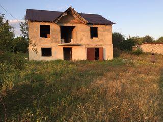 Casa este amplasată la 12 km de la Chișinău, toate comunicatiile sint prezente,ferestrele sunt făcut