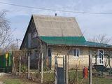 Se vinde vila la izvoras...cu lumina+gaz +apa+baie+canalizare+telefon. ..
