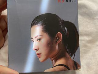 Продам беспроводные наушники - r3 v5.0 tws черные. с сенсорным управлением.  новые