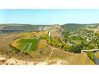 Urgent se vinde  la 50 km de Chisinau in s.Trebujeni (Orheiul Vechi)  un teren de  800 m2
