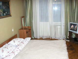 Сдаю посуточно, почасово двухкомнатную квартиру в центре Кишинёва (бульвар C.Negruzzi 4)