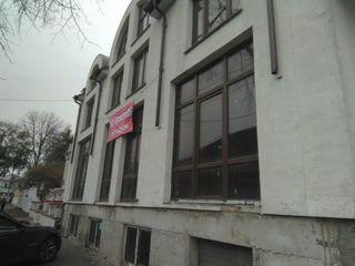 Clădire cu trei etaje în centrul orașului, Mateevici/ 3-х этажное здание в центре Матеевич