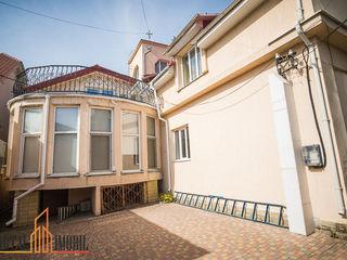 Se vinde casă cu 3 nivele în stil modern, amplasată în sectorul Centru, pe strada Valeriu Cupcea.