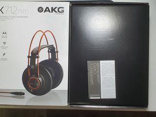 Căşti de studiou AKG K712Pro împreună cu amplificator portabil pentru căşti