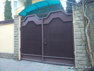 Капитальные ворота с навесами для въезда во двор