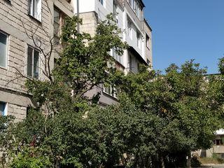 Urgent apartament cu două odăi în centrul comunei Băcioi