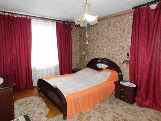 Хозяин сдаёт 3-х комнатную по цене 2 ком, отличное место, ул. Дачия,рядом рынок!