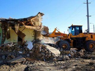 Снос аварийных ветхих домов строений сооружений конструкций построек вывоз мусора техника рабочие ki