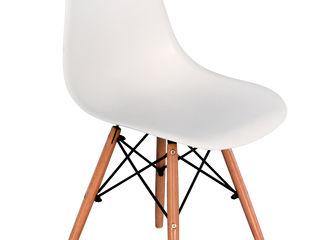 Крепкий стул для бара или кафе.