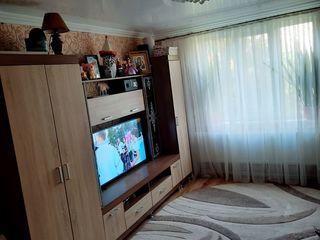 Se vinde apartment cu 2 odai etaj 2 din 5 la colt