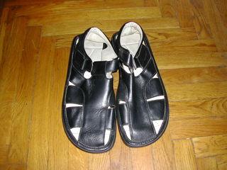 Vînd sandale din piele naturală