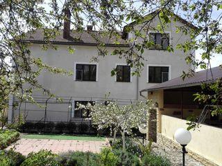 Большой дом, элитный район, 11 соток, очень низкая цена.
