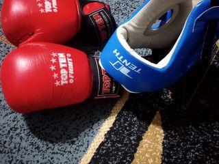Боксерские перчатки и шлем.