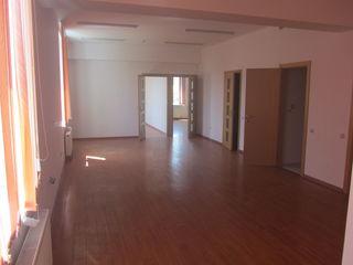 Сдается 100-100 кв.м. под офис возле Клуб-а Железнедорожников, в 150м. от ТЦ. Джамбо