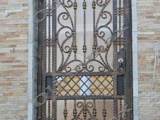 Copertine, porți, garduri, balustrade,  gratii, uși metalice și alte confecții din fier forjat.