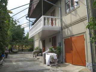 Внимание продается 2-этажный  дом на 2  семьи на  участке  9  соток  в центре Яловен не  дорого