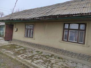 Продается пол дома 50 кв. м. с автономным газовым отоплением. 2 комнаты + кухня, есть водопровод и 2