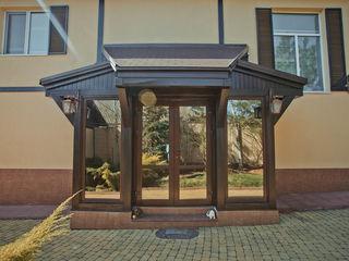 Casa cu 2 nivele, incalzire autonoma, sauna, beci cu vin, bazin, 300 m.p.. Pret 183 000 €