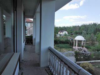 Новый дом с озером в парковой зоне г. Яловень по ул. А. Кристя на 12-ти сотках. Цена:135 000 евро.