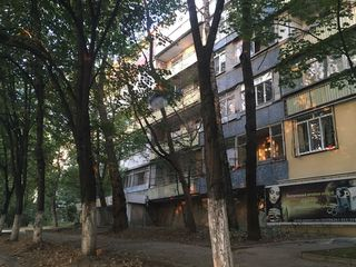Apartament cu 4 odai separate. Casa din cotilet. Linga Bul. Moscovei + parc.