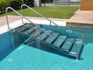 Лестницы и поручни для бассейнов.