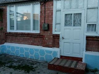 Se vinde casa la 22 km. de Chisinau la traseu in centru satului