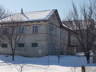 Продается дом, с озером и садом.